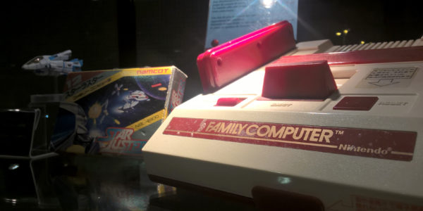 Une Famicom accompagnée de Star Luster